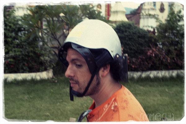 Toni con el casco del revés