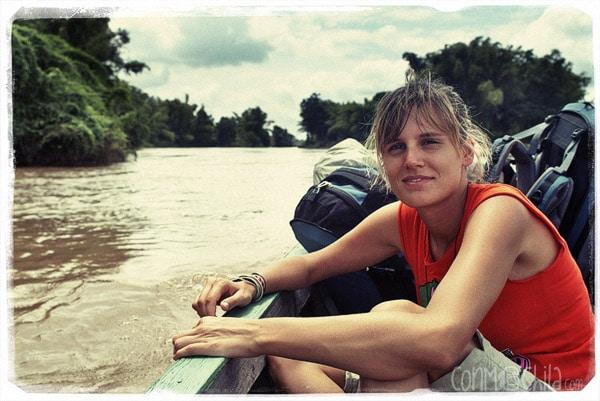 Carme en la barca camino de la guesthouse