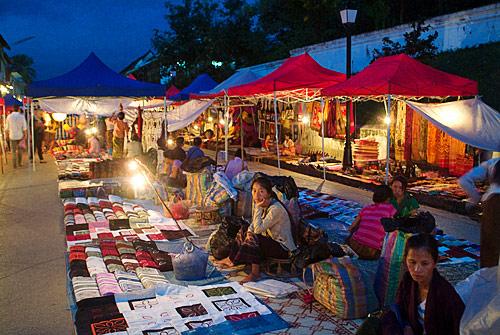 El mercado nocturno de Luang Prabang al atardecer