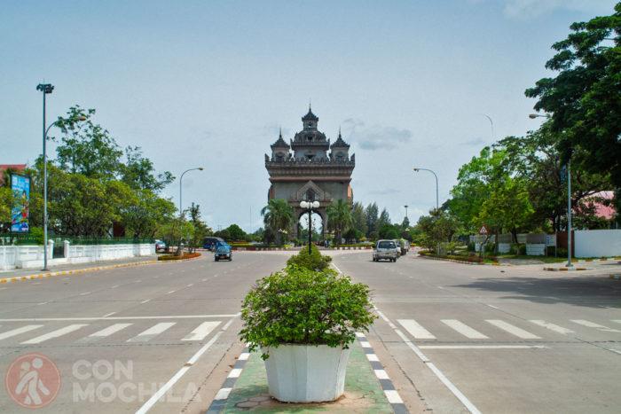 Vista del Patuxai desde la avenida Lan Xang
