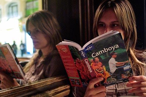 Carme con la Lonely Planet de Camboya