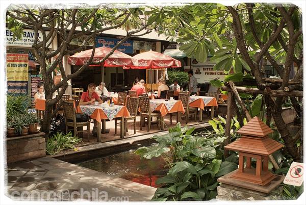 Desayuno en la plaza de Rambuttri Village