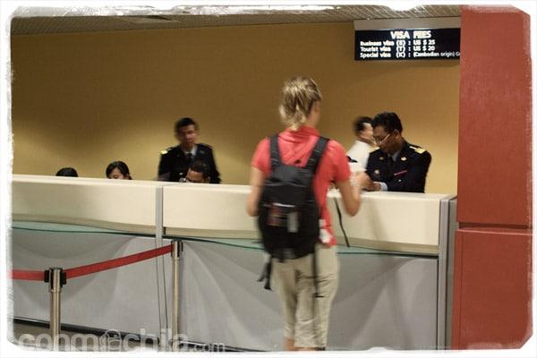 Carme recogiendo su pasaporte con el visado