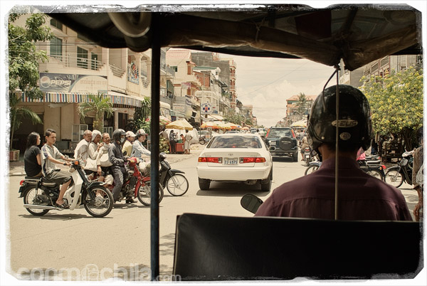 Con nuestro tuk-tuk por Phnom Penh