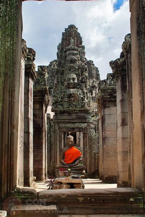 Figura de Buda con el rostro de fondo