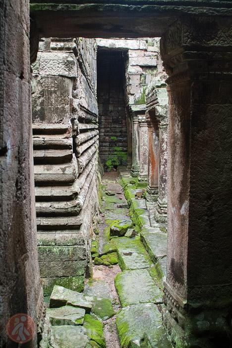 Pasillo entre niveles del templo