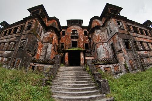 Imponente entrada al hotel Bokor Palace