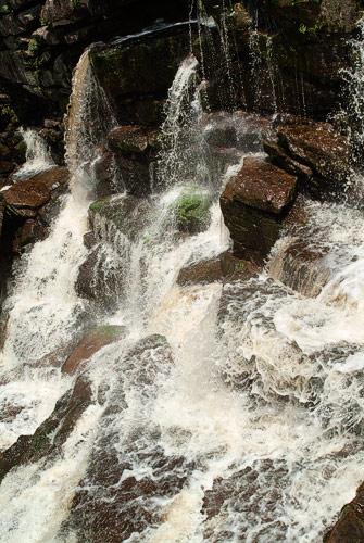 Caída del agua entre las rocas