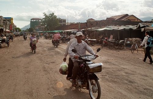 De vuelta por Kampot. No éramos los únicos con moto....