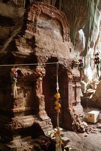 Interior de la cueva con el templo para las ofrendas