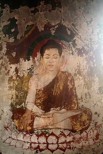 Fresco de Buda en una de las paredes