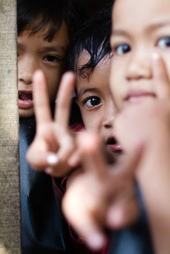 """""""V"""" de victoria de la ONG en les paillots"""