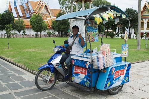 El simpático heladero con su vehículo-nevera