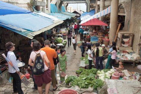 Zona de la comida en el mercado de Sapa
