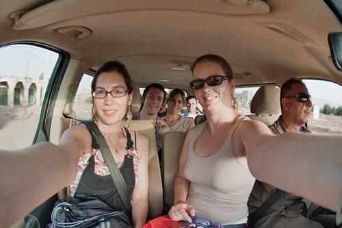 En el interior de la minivan camino del desierto