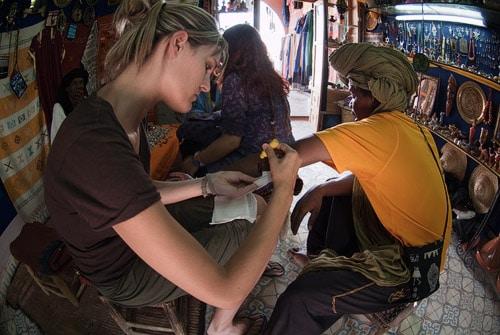 Haciendo las curas al bereber