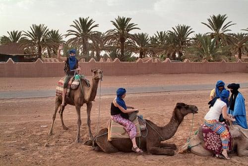 Que empezamos la ruta con camello por el Sahara!!!!