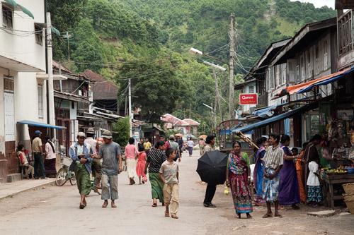 Hindúes y más gente en una concurrida calle