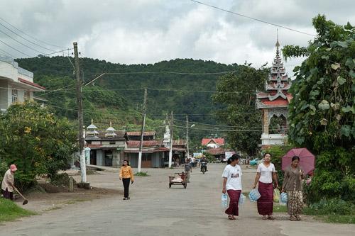 Otra calle de Kalaw con la montaña al fondo