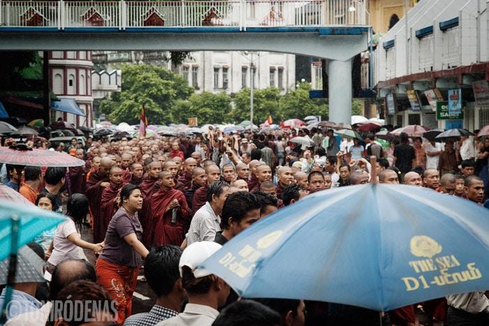 Los monjes acercándose
