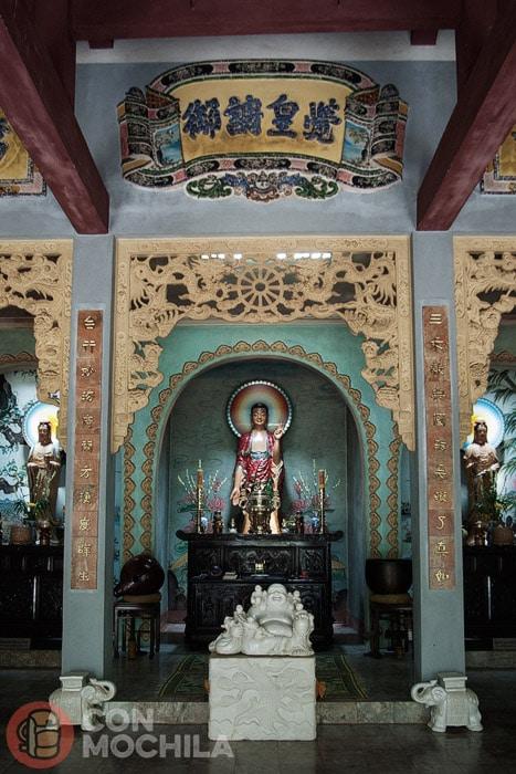 Interior de la pagoda de Tam Thai Tu