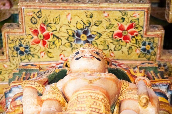 Una de las esculturas de los pilares