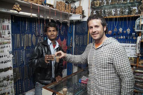 Sheikh y Toni con el prometido chai