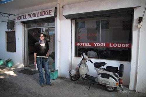 En la puerta del hotel Yogi Logde
