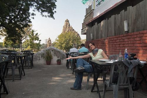 Buen restaurante el Raja's Café con vistas de los templos