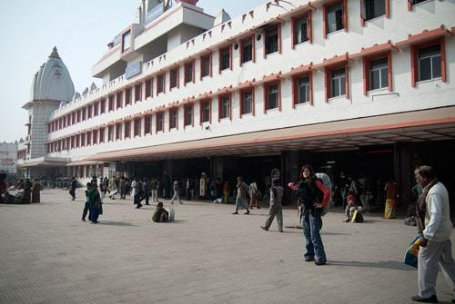 Llegada en la estación de trenes de Varanasi