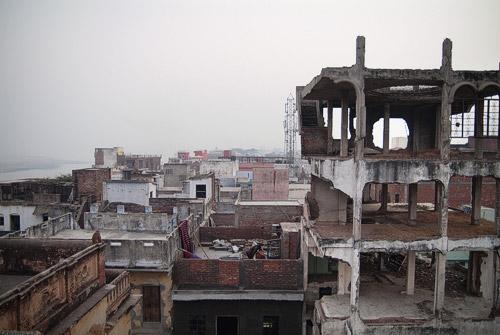 Vistas de la destartalada Varanasi con el Ganges a la izquierda