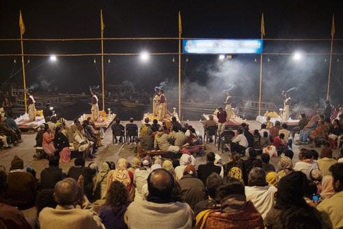 Impresionante espectáculo nocturno a orillas del Ganges