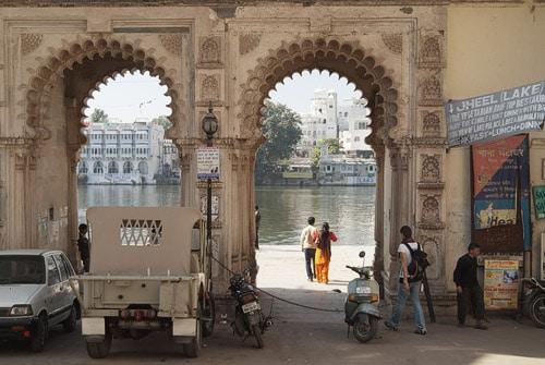 Puerta de acceso a los ghats del lago Pichola
