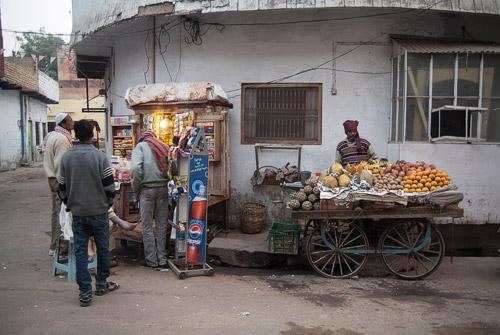 Vendedor de frutas con su carro repleto