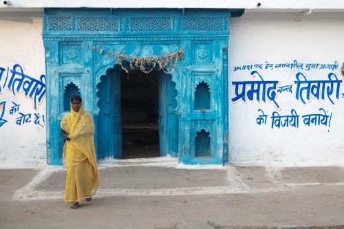 Mujer frente a una fachada en Orchha