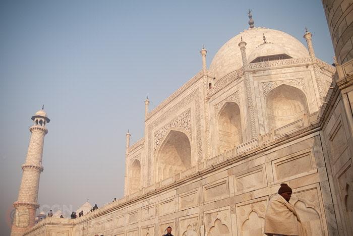 Vista del mausoleo de mármol blanco