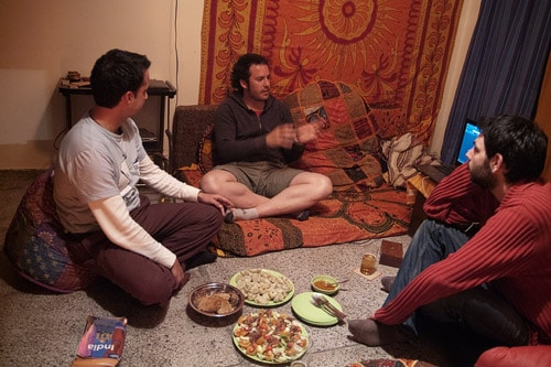 Guillermo, Toni y Carlos con sus historias (y la cena en el suelo)