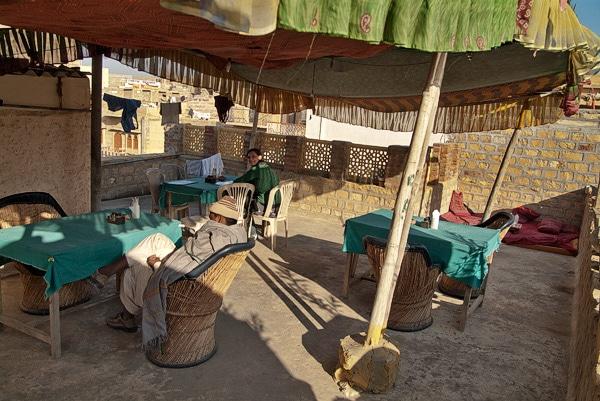 Restaurante de la azotea con su toldo de colores