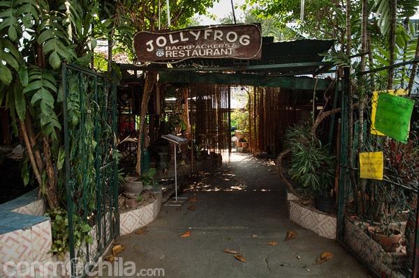 Entrada al recinto de Jolly frog guesthouse