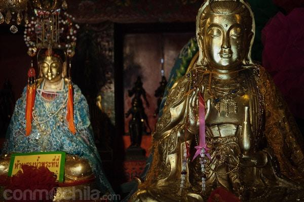 Imágenes en el interior del templo chino