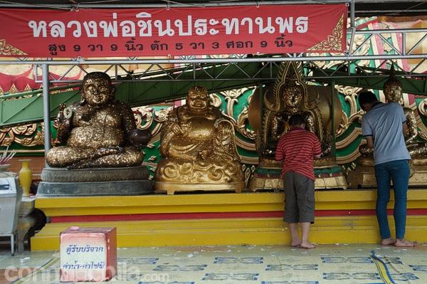 Donativos a los pies de Buda