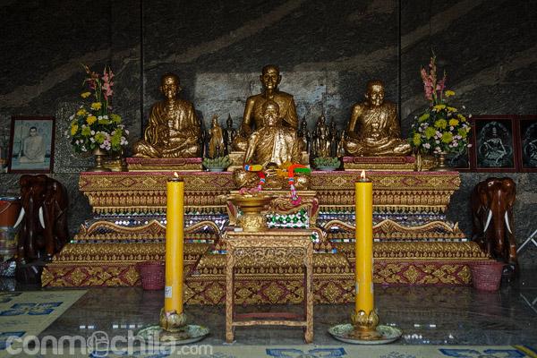 Otras imágenes a la entrada del templo