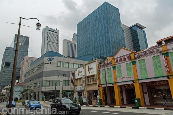 Vistas de los rascacielos del centro financiero de Singapur desde la Cross Street