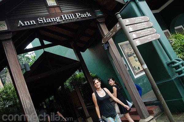 Carme a la entrada de Ann Siang Hill Park
