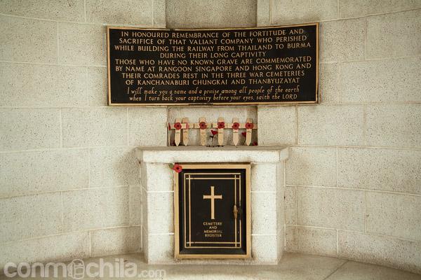 Placa conmemorativa de los muertos durante la construcción del ferrocarril
