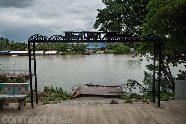 Otra vista de la maqueta hacia el río Khwae