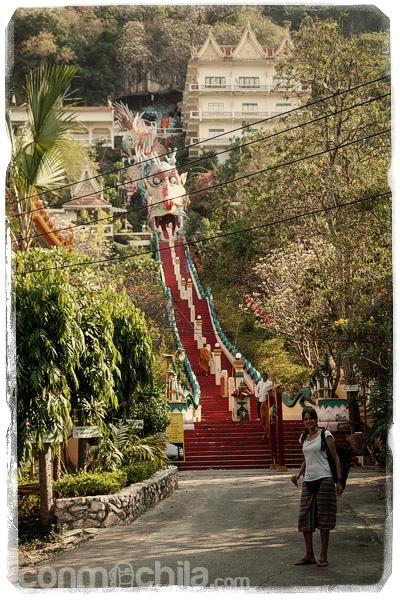 La larga escalera que nos esperaba en el Wat Ban Thum