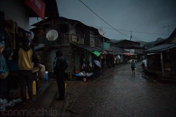 Cae la noche en las calles de Andasibe