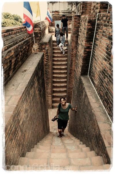 Subiendo a la gran estupa del Wat Yai Chai Mongkhon