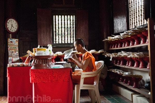 Un monje con sus rezos